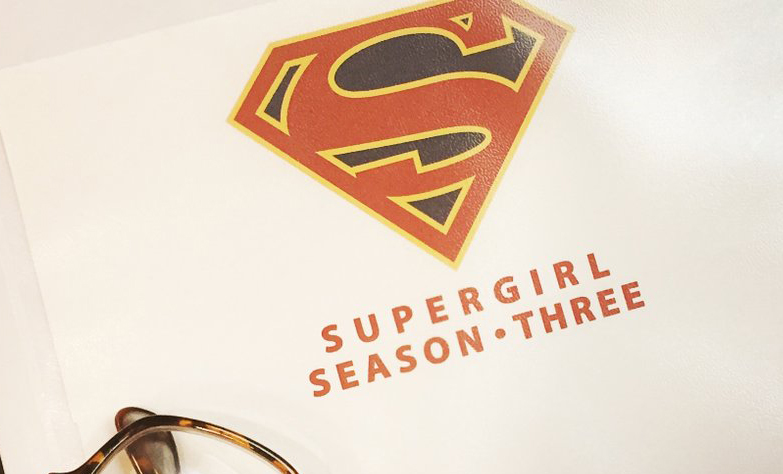 Carlos Bernard compartió foto del guión de Supergirl