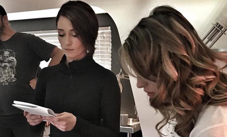 Nueva foto de Melissa Benoist y Chyler Leigh en el set de Supergirl