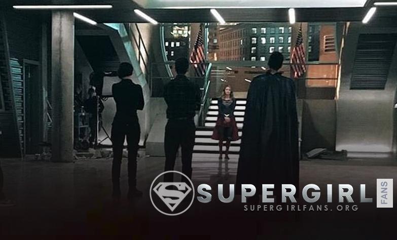 Nueva foto del cast en el set de Supergir, podemos ver a Mon-El con capa