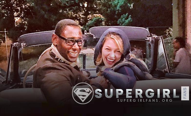 Foto de David Harewood y Melissa Benoist en el set de Supergirl
