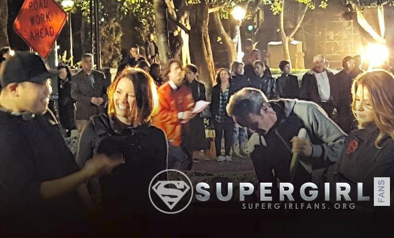 Nueva y antigua foto del cast en el set de Supergirl Season 1